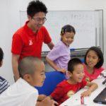 楽しそうにプログラミングに取り組む子供たち