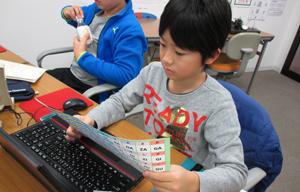 熱心にプログラミングに取り組むファイトキッズクラブの小学生の写真