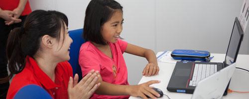 少人数クラス制のプログラミングスクール プログラミングを学ぶ女の子とインストラクターの写真
